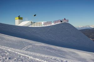 Freeskiers Through Qualifying Rounds at Slopestyle World Cup