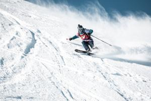 Jessica Hotter, Finn Duffy Claim Freeride World Qualifier Wins